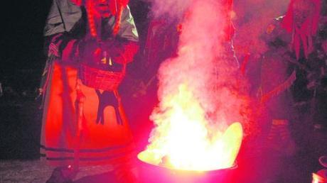 Es lodert und raucht: Oberhexe Barbara Schwertgoschin braut in ihrem Kessel den Trank zusammen, der die Laudonia-Hexen wieder zum Leben erwecken soll. Foto: Bachmann