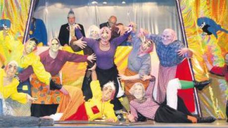 Sie schauen wild aus, die Komitee-Hexen der Blaumeisen. Doch mit ihrem teils akrobatischen Hexentanz kamen sie hervorragend beim Publikum an.