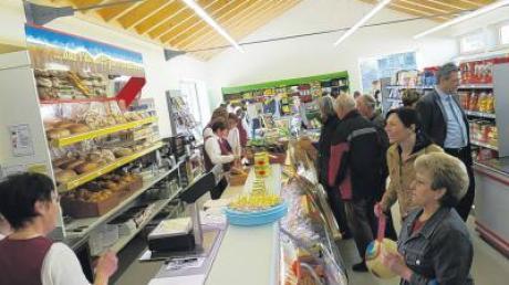 Interessiert warfen viele Einwohner einen ersten Blick in den 130 Quadratmeter großen Röglinger Dorfladen.