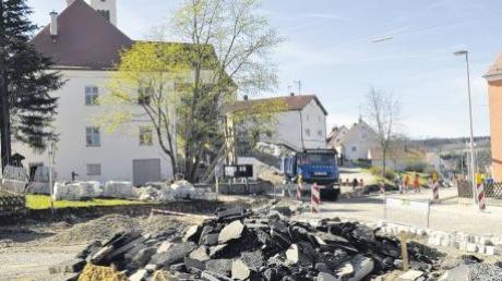 Einer großen Baustelle gleicht das Ortszentrum in Tagmersheim. Dort werden nicht nur die Straßen und die Freiflächen erneuert beziehungsweise umgestaltet. Auch das historische Pfarrhaus (links im Hintergrund) wird saniert.