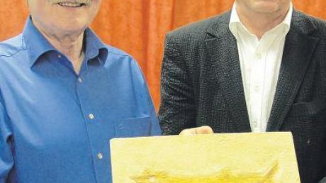 Der Fossilienexperte Helmut Tischlinger (links) überreicht Daitings Bürgermeister Johann Roßkopf eine originalgetreue Nachbildung eines sehr seltenen Knochenfisches, der nach seinem Fundort benannt ist. Seine wissenschaftliche Bezeichnung: Daitingichthys tischlingeri ARRATIA (gefunden in den Mörnsheimer Schichten von Daiting).
