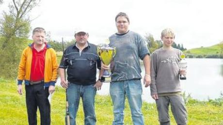 Erfolgreiche Angler (von links): Vorstand Alfons Osterrieder, Ronald Mielich bekam 1. Preis, Stefan Heller wurde Fischerkönig, Simon Roßkopf Jugendkönig.