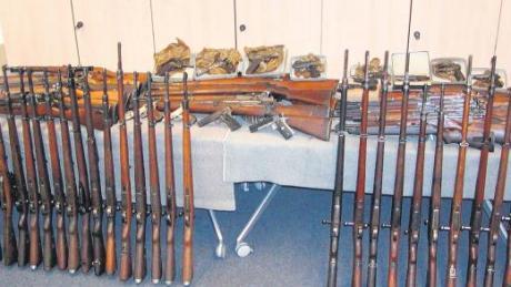 84 Schusswaffen – überwiegend Gewehre – wurden bei einem 57-jährigen Mann aus dem Ries beschlagnahmt. Bei einer Routinekontrolle wurde festgestellt, dass die Waffen nicht ordnungsgemäß aufbewahrt wurden.