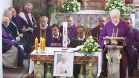 In der Daitinger Pfarrkirche fand der Trauergottesdienst für Pfarrer Dr. Paul Schwitalla statt. Das Wirken des Verstorbenen würdigte unter anderem Dekan Johann Menzinger.
