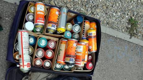 Unbekannte haben in Oberndorf mit Sprayerfarbe verschiedene Objekte besprüht.