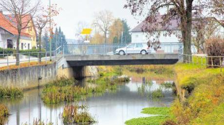 Die Ussel, die mitten durch Daiting fließt, soll im kommenden Jahr renaturiert werden. Der Flusslauf wird verengt und die Böschungen werden abgeflacht.
