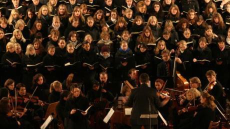Der Uni-Chor Regensburg singt für die Orgel in Niederschönenfeld.