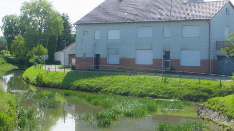 Die Gemeinde möchte dieses Anwesen an der Ussel abreißen, um das Flüsschen verlegen und die daran angrenzende Straße erweitern zu können.