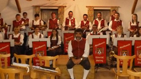 Nach getaner Arbeit: Hans Löffler mit Mitgliedern des Musikvereins Usseltal Daiting. Die Kapelle zeigte Sicherheit bei vielen Musikstilen.