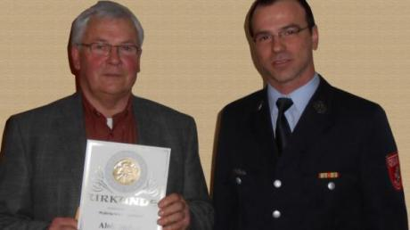 50 Jahre dabei: Alois Stuber (l.) wurde von Daniel Roßkopf geehrt.