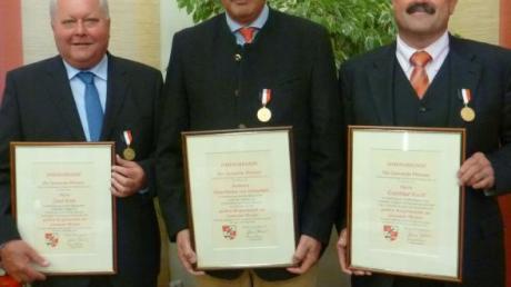 Die Bürgermedaille bekamen (von links) Josef Ernst, Hans-Markus von Schnurbein und Gottfried Hackl.