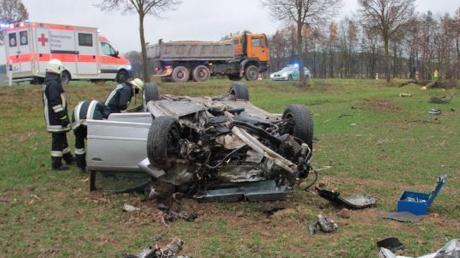 Erst krachte ein 21-Jähriger südlich von Münster gegen einen Baum, dann überschlug sich der Wagen und landete auf dem Dach.