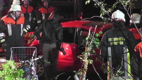 Schwer beschädigt wurdeein Auto, mit dem ein Mann bei Münster gegen einen Wohncontainer gekracht ist.
