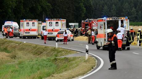 Ein Großaufgebot an Rettungskräften war am Montag an der Unglücksstelle zwischen Münster und Thierhaupten vor Ort.