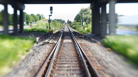 Ein unbekannter junger Mann ist am Dienstagnachmittag auf dem Trittbrett einer Regionalbahn von Ingolstadt nach Baar-Ebenhausen gefahren, berichtet die Bundespolizei.