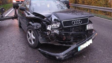 Totalschaden entstand an diesem Auto bei dem Unfall auf der B16 zwischen Erlingshofen und Riedlingen. Es wurden auch ein anderer Pkw und ein Lastwagen beschädigt.