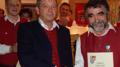 ASM-Bezirksvorsitzender Theo Keller (Mitte) ehrte die Daitinger Musiker Benedikt Bigler (links) und Hans Löffler.