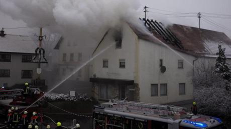 In Flammen standam Sonntagvormittag der Dachstuhl eines Hauses mitten in Münster. Rund 60 Feuerwehrleute bekämpften das Feuer.