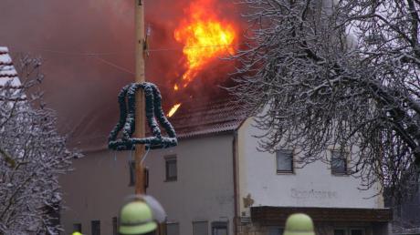 In Flammen standam Sonntagvormittag der Dachstuhl eines Hauses mitten in Münster. Rund 60 Feuerwehrleute bekämpften das Feuer. Die Ursache für den Brand ist noch nicht bekannt.