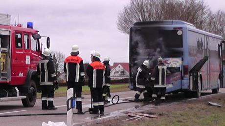 Auf der Staatsstraße zwischen Brachstadt und Erlingshofen ist ein Bus in Brand geraten.