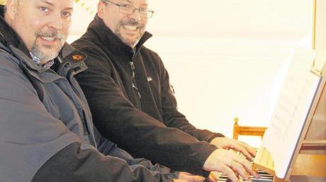 Ralf (links) und Peter Schmid gemeinsam an der Orgel – für Foto. In den Gottesdiensten ist dieser Anblick eher selten, da die Zwillingsbrüder in verschiedenen Kirchen der Pfarreiengemeinschaft Marxheim-Daiting spielen.