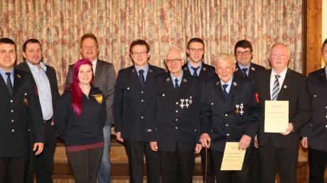 Geehrte und Offizielle der Harburger Feuerwehr und der Stadt bei der Generalversammlung. Mit auf dem Bild auch die erste Frau der aktiven Truppe.