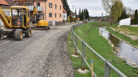 Die Ortsdurchfahrt in Daiting ist jetzt von der Dorfmitte aus in Richtung Gansheim gesperrt. Entlang der Ussel sind die Bauarbeiten gestartet. Die sollen sich bis ins Jahr 2017 ziehen.