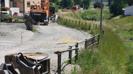 Der Ausbau der Ortsdurchfahrt entlang der Ussel ist in Daiting heuer das größte Projekt. Die Gemeinde muss die Kosten für den Regenwasserkanal, die Trinkwasseranschlüsse, die Gehwege und die Straßenbeleuchtung tragen.