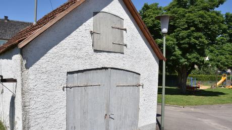 In der Bindergasse in Daiting soll das alte Feuerwehrhaus durch einen Neubau ersetzt werden, in dem ein Unterrichtsraum und ein WC für Besucher des geplanten Geschichtswanderwegs eingerichtet werden. Es handelt sich um ein Leader-Projekt.