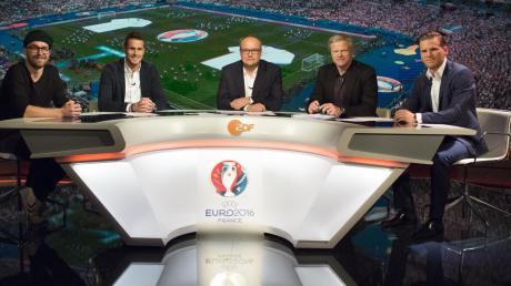 Im Pressezentrum in Paris, das für die Fußball-EM gebaut wurde, befindet sich das Studio von ARD und ZDF – hier mit Moderatoren und Studiogästen (von links) Mark Forster, Sebastian Kehl, Oliver Welke, Oliver Kahn und Eugen Polanski.