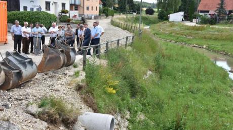 Die Straße auf der nördlichen Seite der Ussel in Daiting wird jetzt neu gebaut. Dazu muss entlang des Bachs eine Bohrpfahlwand errichtet werden. Am Montag erfolgte der offizielle Spatenstich.