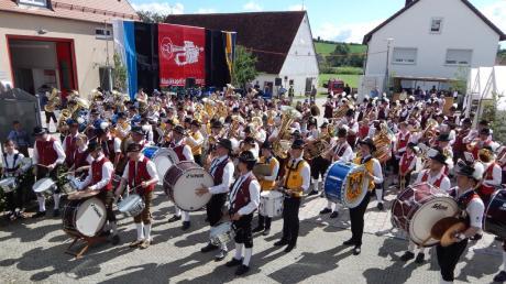 Ein Gemeinschaftschor auf dem Dorfplatz zeugte vom Zusammenhalt. Viele Kapellen waren gekommen, um mit den Wörnitzsteinern zu feiern.