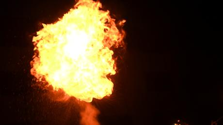 Bei einer Feuershow in Hohenaltheim sind sieben Personen verletzt worden. Eine Frau erlitt einen Schock. (Symbolbild)