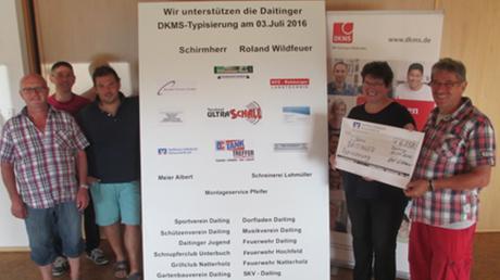 Bürgermeister Roland Wildfeuer (rechts) übergibt den Spendenscheck an Brigitte Lehenberger von der DKMS. Mit im Bild sind (von links) die aktiven Spender Herbert Luderschmid, Markus Hoffmann und Tobias Pfeifer.
