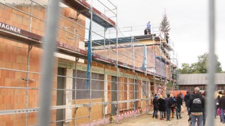"""Noch sichern Zäune den Neubau des Kindernestes in Münster. Bis September 2017 soll das """"Haus der Kinder"""" fertig sein."""