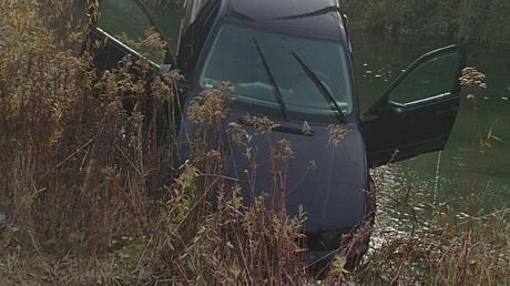 Mithilfe der Wasserwacht und eines Baggers wurde das Auto aus dem Gewässer nahe Münster geborgen.