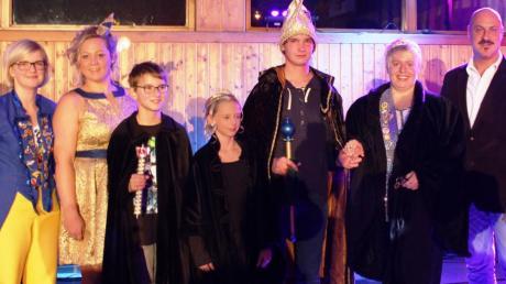 Närrischer Auftakt in Huisheim: (von links) Moderatorin Kathrin Biber, Präsidentin Nadine Strauß, Kinderprinz Jonas II., Kinderprinzessin Anna I., Prinz Tom I., Prinzessin Brigitta I. und Bürgermeister Harald Müller.