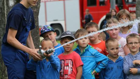 Nicht nur beim Ferienprogramm – hier in Bäumenheim in diesem Sommer – soll das Thema Feuerwehr begeistern. Um ausreichend Nachwuchs zu finden, gründen zunehmend mehr Feuerwehren bereits Kindergruppen.