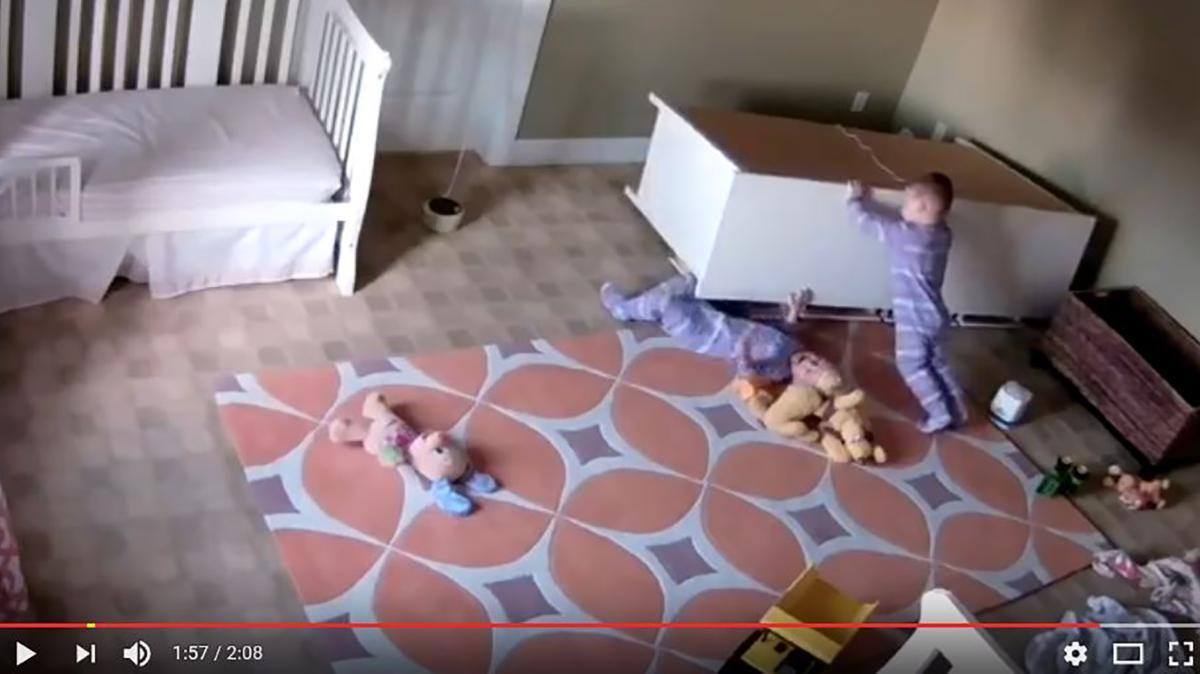 YouTube-Video: Kommode fällt auf Kind: Millionen sehen Rettung auf ...