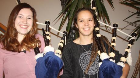 Schwerer als gedacht: Tabea Maier (links) und Maria Stecher wollen Dudelsackspielerinnen werden.