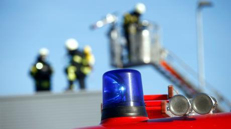 Diverse Feuerwehren mussten am Samstag zu einem Schwelbrand nach Wechingen ausrücken. (Symbolbild)