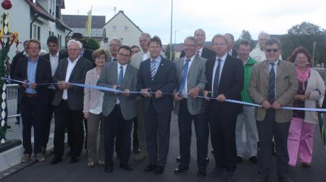 Vertreter der Gemeinde, Abgeordnete und Kreispolitiker weihten offiziell die neu gestaltete Ortsdurchfahrt in Daiting ein.