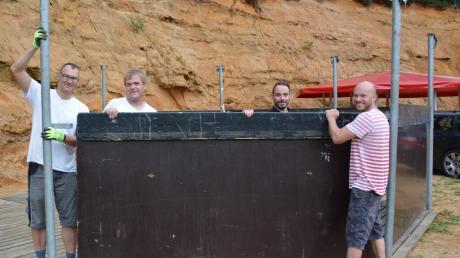Der Aufbau für die letzte Sandgrubenparty in Monheim-Rehau ist im vollen Gange. Markus Mayinger, Marco Dollinger, Alexander Mayer und Markus Schuster packen mit an, damit alles rechtzeitig fertig wird.
