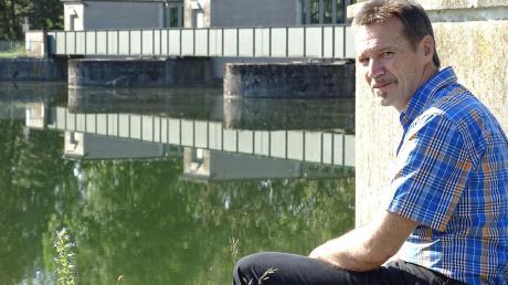 """Hobby-Autor Günter Schäfer am Schauplatz seines Krimis """"Der Rain-Fall"""", der in der Tillystadt spielt. Dort an der Staustufe des Lechs finden Jugendliche eine ermordete Frau."""