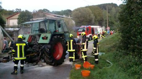 Rund 60 Feuerwehrleute eilten zu dem brennenden Traktor in Graisbach.