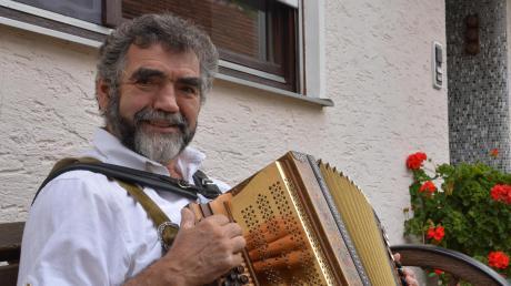 Hans Löffler aus Daiting ist seit über 30 Jahren Dirigent des Musikvereins Usseltal Daiting. Zudem spielt er beim Blechhaufen.