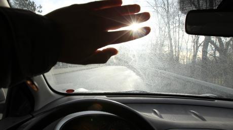 Die tiefstehende Sonne soll der Grund für einen Unfall in Mering gewesen sein.