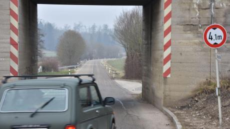 Am westlichen Ortsrand von Weilheim bildet die Bahnunterführung ein Nadelöhr.