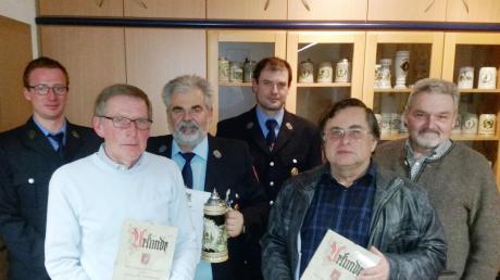 Bei den Ehrungen: (von links) Zweiter Vorsitzender Tobias Escher, Werner Netter, Alfred Rehberger, Kommandant Matthias Kastenhofer, Karl Hafner und Bürgermeister Peter Mahl.