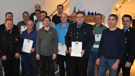Bei der Feuerwehr Fünfstetten wurden zahlreiche Mitglieder für ihre Treue zum Verein geehrt.